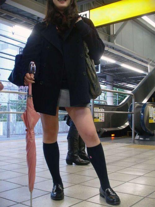 お行儀の悪いJKが電車で座ってパンチラしちゃってる盗撮画像 36枚 No.13
