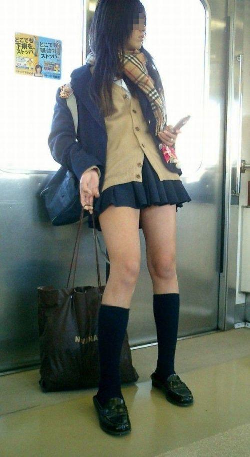 お行儀の悪いJKが電車で座ってパンチラしちゃってる盗撮画像 36枚 No.15