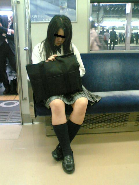 お行儀の悪いJKが電車で座ってパンチラしちゃってる盗撮画像 36枚 No.16