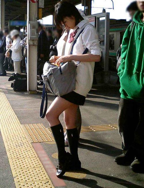 お行儀の悪いJKが電車で座ってパンチラしちゃってる盗撮画像 36枚 No.17