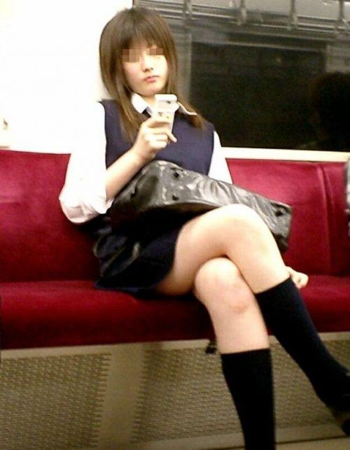 お行儀の悪いJKが電車で座ってパンチラしちゃってる盗撮画像 36枚 No.23