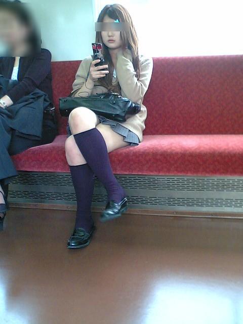 お行儀の悪いJKが電車で座ってパンチラしちゃってる盗撮画像 36枚 No.25