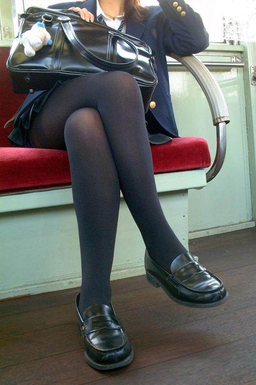 お行儀の悪いJKが電車で座ってパンチラしちゃってる盗撮画像 36枚 No.26