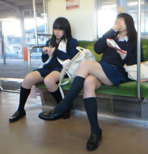お行儀の悪いJKが電車で座ってパンチラしちゃってる盗撮画像 36枚 No.31
