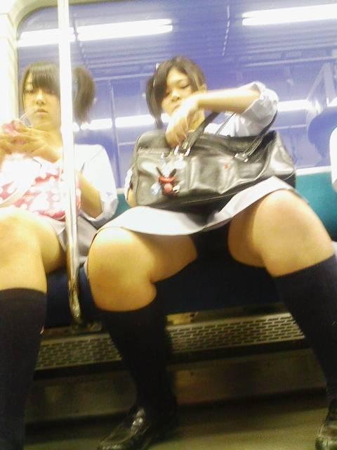 お行儀の悪いJKが電車で座ってパンチラしちゃってる盗撮画像 36枚 No.32