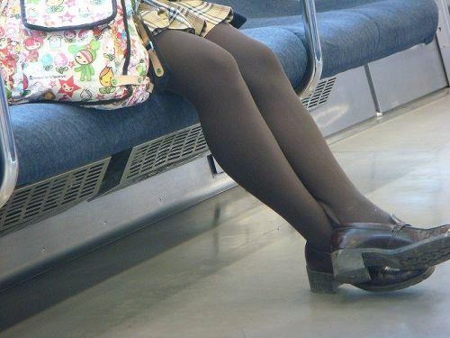 お行儀の悪いJKが電車で座ってパンチラしちゃってる盗撮画像 36枚 No.34