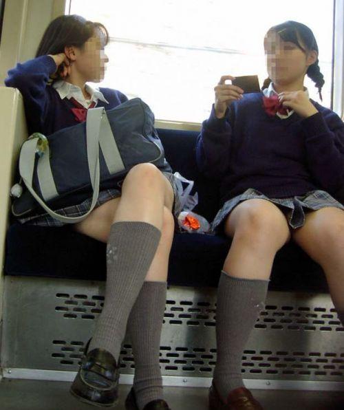 お行儀の悪いJKが電車で座ってパンチラしちゃってる盗撮画像 36枚 No.35