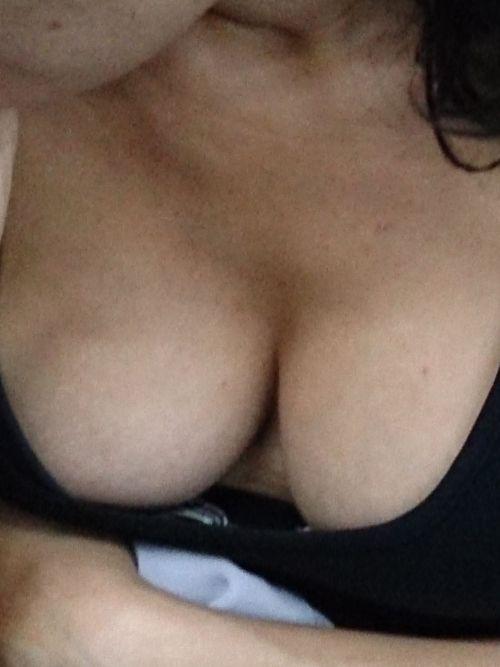 【盗撮画像】前傾姿勢の女の子が胸チラしたり乳首ポロリしてるのエロ過ぎ♪ 40枚 No.3