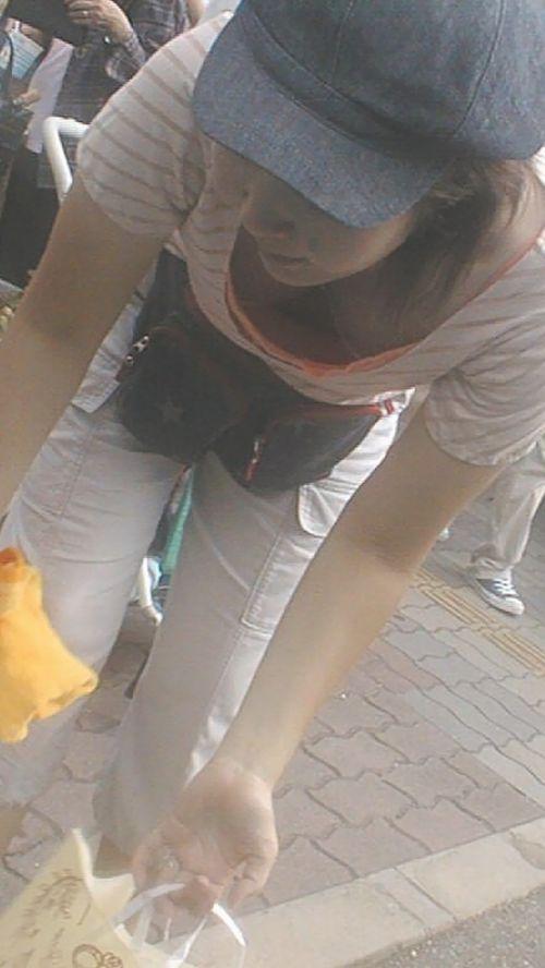 【盗撮画像】前傾姿勢の女の子が胸チラしたり乳首ポロリしてるのエロ過ぎ♪ 40枚 No.13