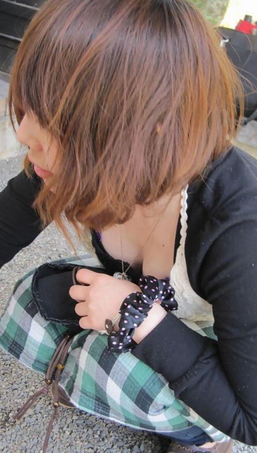 【盗撮画像】前傾姿勢の女の子が胸チラしたり乳首ポロリしてるのエロ過ぎ♪ 40枚 No.21