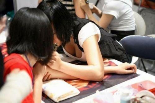 【盗撮画像】前傾姿勢の女の子が胸チラしたり乳首ポロリしてるのエロ過ぎ♪ 40枚 No.26