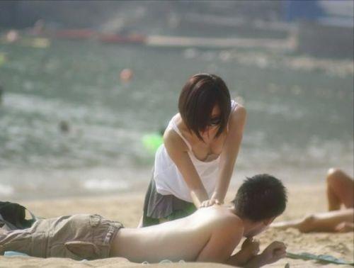 【盗撮画像】前傾姿勢の女の子が胸チラしたり乳首ポロリしてるのエロ過ぎ♪ 40枚 No.31