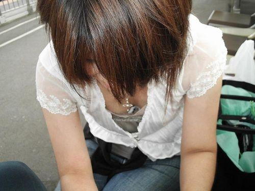 【盗撮画像】前傾姿勢の女の子が胸チラしたり乳首ポロリしてるのエロ過ぎ♪ 40枚 No.36