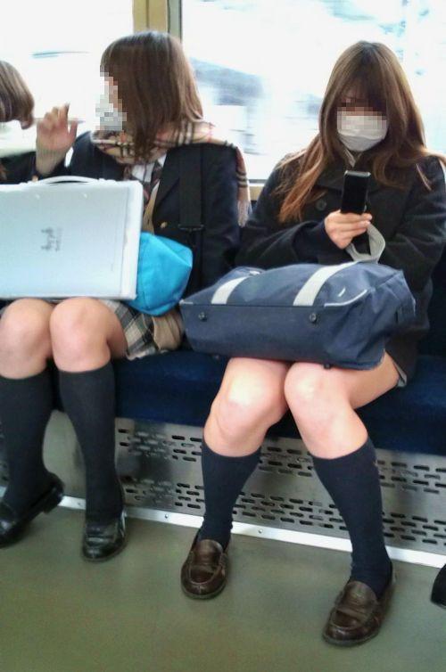 電車でだらしなくパンチラしてるJK達の盗撮エロ画像 40枚 No.2