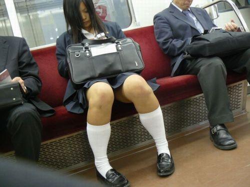 電車でだらしなくパンチラしてるJK達の盗撮エロ画像 40枚 No.4