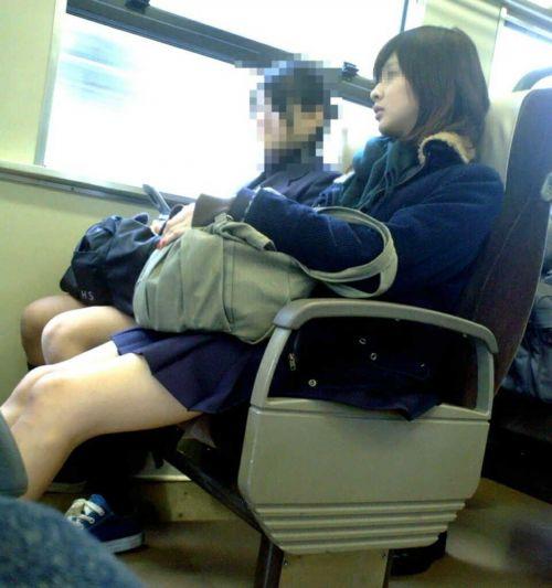 電車でだらしなくパンチラしてるJK達の盗撮エロ画像 40枚 No.5