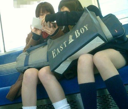 電車でだらしなくパンチラしてるJK達の盗撮エロ画像 40枚 No.23