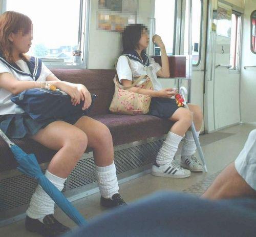 電車でだらしなくパンチラしてるJK達の盗撮エロ画像 40枚 No.24