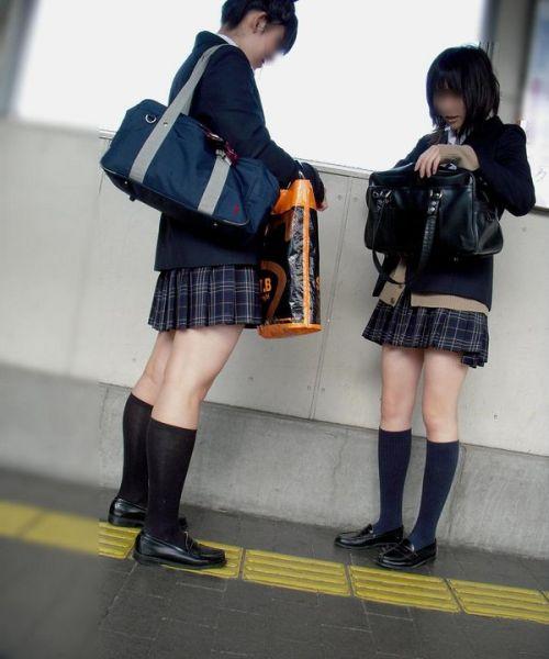 電車でだらしなくパンチラしてるJK達の盗撮エロ画像 40枚 No.25