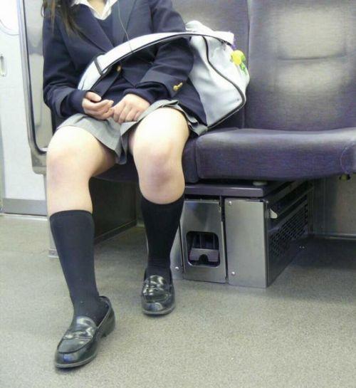 電車でだらしなくパンチラしてるJK達の盗撮エロ画像 40枚 No.27
