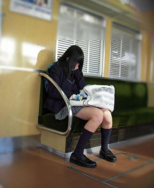 電車でだらしなくパンチラしてるJK達の盗撮エロ画像 40枚 No.29