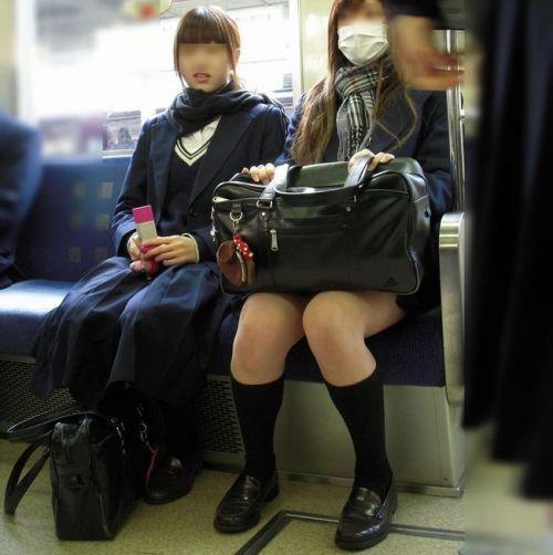 電車でだらしなくパンチラしてるJK達の盗撮エロ画像 40枚 No.40