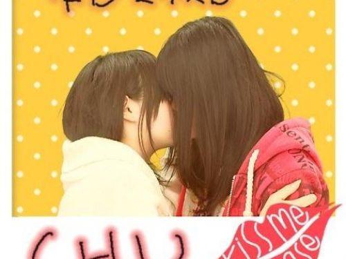 プリクラ内でJKが悪ノリしてキスしちゃってるエロ画像ww 37枚 No.1