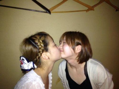 プリクラ内でJKが悪ノリしてキスしちゃってるエロ画像ww 37枚 No.25