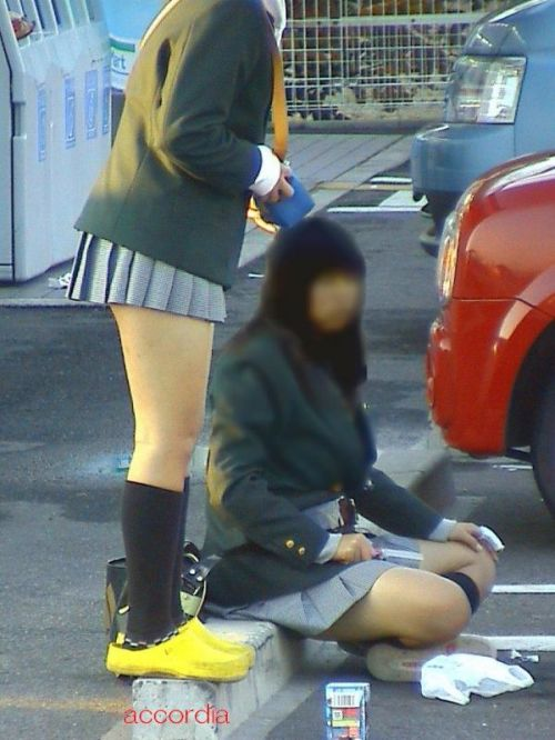 【盗撮画像】しゃがみJKのパンチラに対する無防備さwww 36枚 No.13