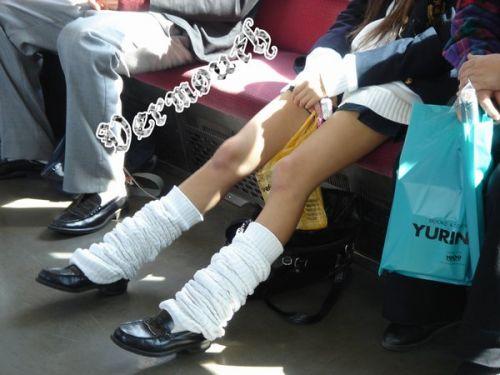 電車の中でだらしなく足を広げたJKのパンチラ盗撮画像 39枚 No.3