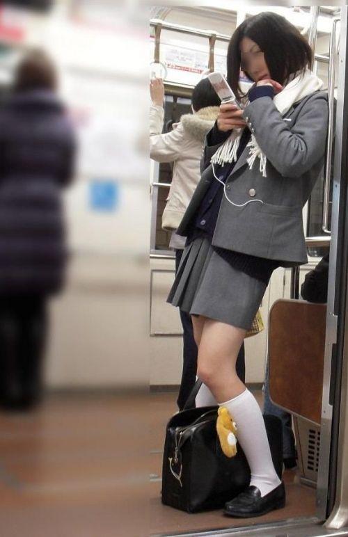 電車の中でだらしなく足を広げたJKのパンチラ盗撮画像 39枚 No.5