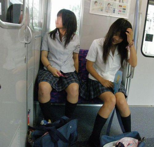 電車の中でだらしなく足を広げたJKのパンチラ盗撮画像 39枚 No.8