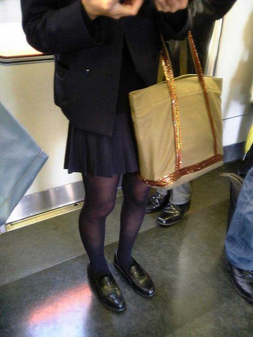 電車の中でだらしなく足を広げたJKのパンチラ盗撮画像 39枚 No.11