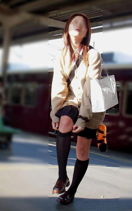 電車の中でだらしなく足を広げたJKのパンチラ盗撮画像 39枚 No.17