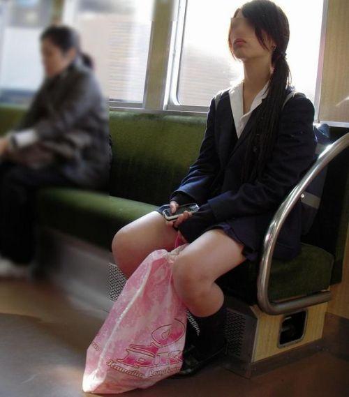 電車の中でだらしなく足を広げたJKのパンチラ盗撮画像 39枚 No.18