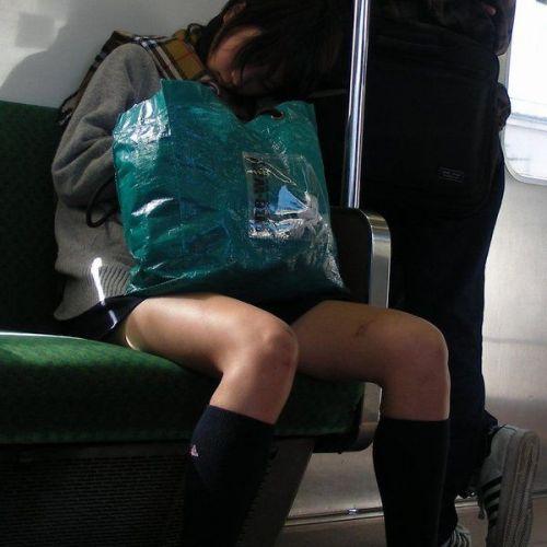 電車の中でだらしなく足を広げたJKのパンチラ盗撮画像 39枚 No.21