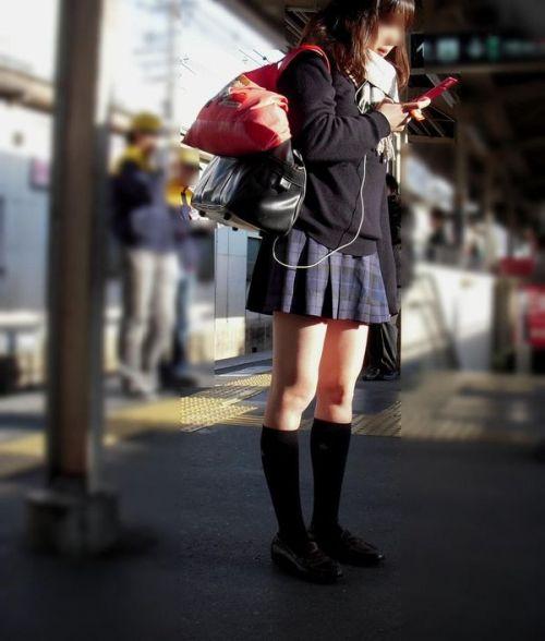 電車の中でだらしなく足を広げたJKのパンチラ盗撮画像 39枚 No.23