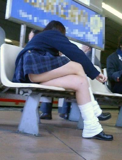 電車の中でだらしなく足を広げたJKのパンチラ盗撮画像 39枚 No.25
