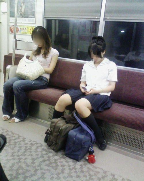 電車の中でだらしなく足を広げたJKのパンチラ盗撮画像 39枚 No.30