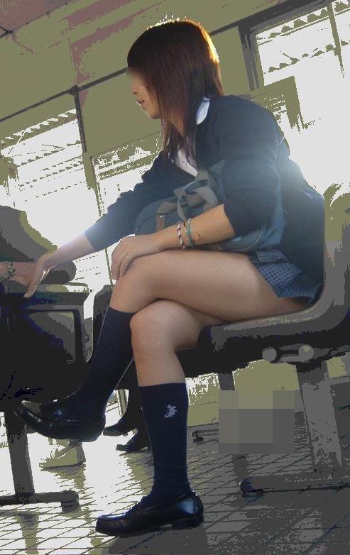 電車の中でだらしなく足を広げたJKのパンチラ盗撮画像 39枚 No.35