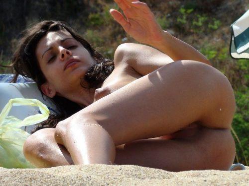 【海外盗撮】ヌーディストビーチで巨乳を放り出す外国人美女エロ画像 39枚 No.5