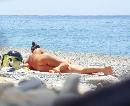 【海外盗撮】ヌーディストビーチで巨乳を放り出す外国人美女エロ画像 39枚 No.18
