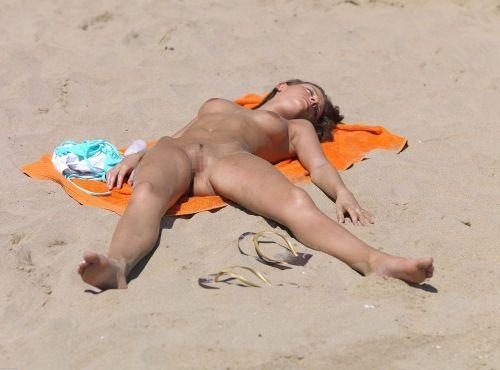 【海外盗撮】ヌーディストビーチで巨乳を放り出す外国人美女エロ画像 39枚 No.37
