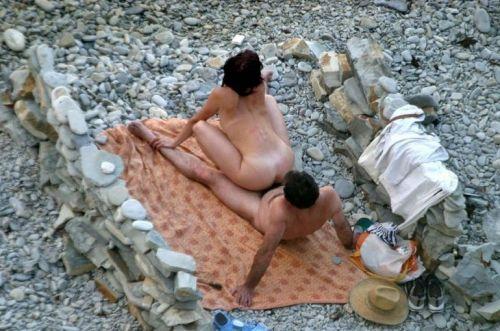 海外のヌーディストビーチで外人さんがセックスしちゃってるエロ画像 35枚 No.16