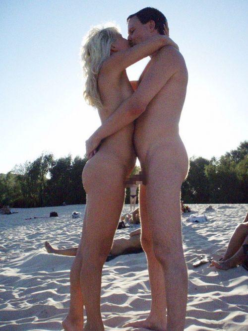 海外のヌーディストビーチで外人さんがセックスしちゃってるエロ画像 35枚 No.17