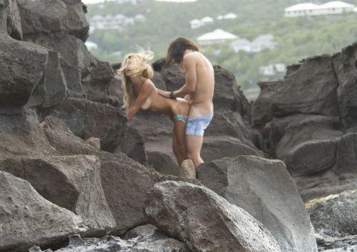 海外のヌーディストビーチで外人さんがセックスしちゃってるエロ画像 35枚 No.19