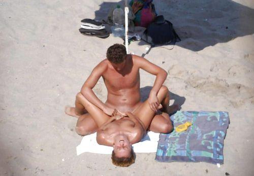 海外のヌーディストビーチで外人さんがセックスしちゃってるエロ画像 35枚 No.24