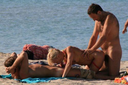 海外のヌーディストビーチで外人さんがセックスしちゃってるエロ画像 35枚 No.28