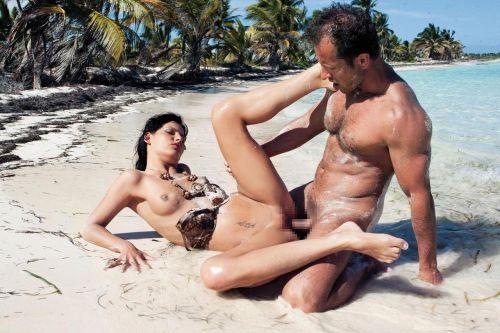海外のヌーディストビーチで外人さんがセックスしちゃってるエロ画像 35枚 No.30