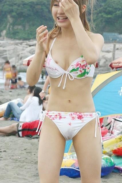 ビーチでマンスジ出ちゃってる水着姿の女の子の盗撮画像 39枚 No.9